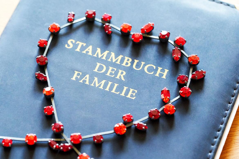 Blaues Stammbuch mit roter Kette - Celler Standesamt © Hochzeitsfotograf www.hochzeitsverliebt.de