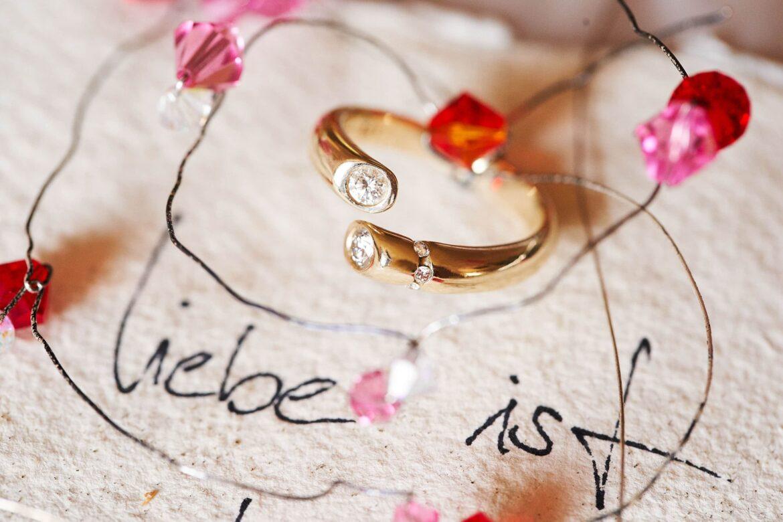Goldener Verlobungsring mit Diamanten und Deko - Celler Innenstadt © Hochzeitsfotograf www.hochzeitsverliebt.de