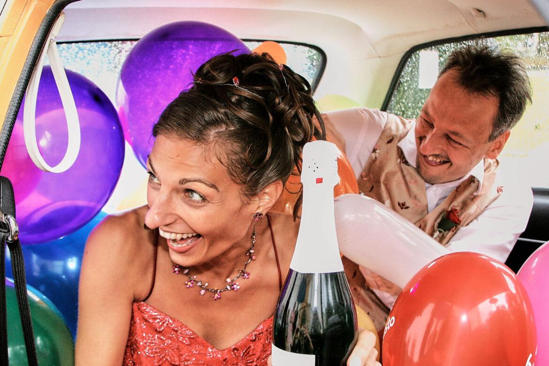 Hochzeitsauto ockerfarbene mit Brautpaar auf kleiner Rückbank - Celler Schloss ©Hochzeitsfotograf www.hochzeitsverliebt.de