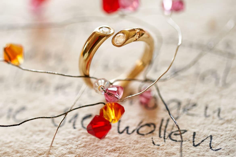 Ring mit cremefarbener Hochzeitsdekoration - Celle © Hochzeitsfotograf www.hochzeitsverliebt.de