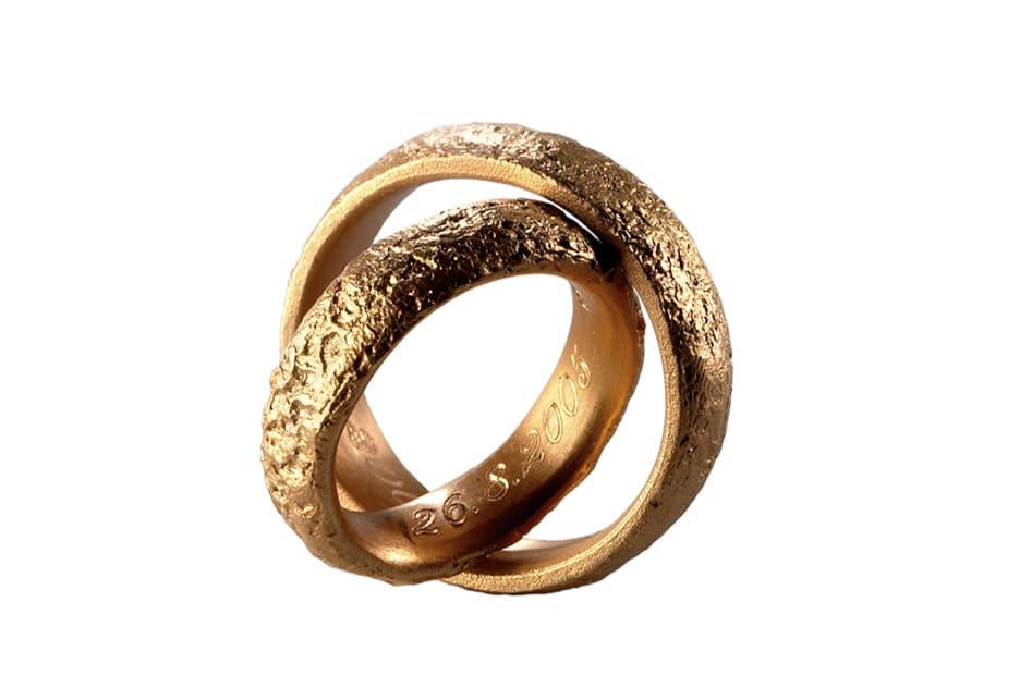 Hochzeitsringe aus Gold ineinander gesetzt - Celle © Hochzeitsfotograf www.hochzeitsverliebt.de
