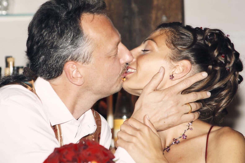 Kuss vom Brautpaar auf Hochzeitsfeier - Wildland Natural Resort Wietze © Hochzeitsfotograf www.hochzeitsverliebt.de