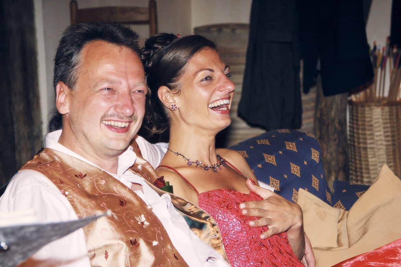 Herzhaft lachende Brautpaar in Hochzeitslocation - Wildland Natural Resort Wietze © Hochzeitsfotograf www.hochzeitsverliebt.de