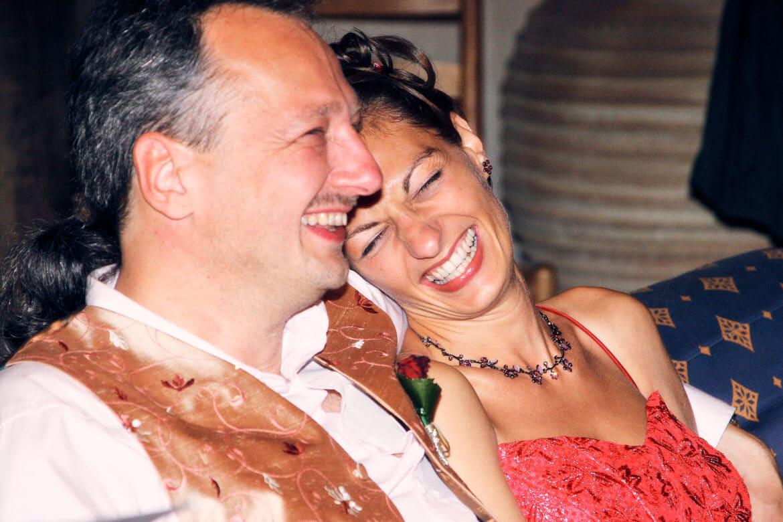 Hochzeitspaar lacht ausgelassen - Wildland Natural Resort Wietze © Hochzeitsfotograf www.hochzeitsverliebt.de