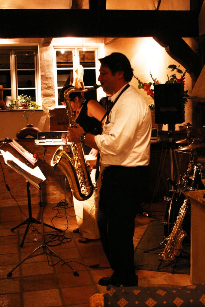 Musiker mit Saxophon live in Hochzeitslocation - Wildland Natural Resort Wietze © Hochzeitsfotograf www.hochzeitsverliebt.de