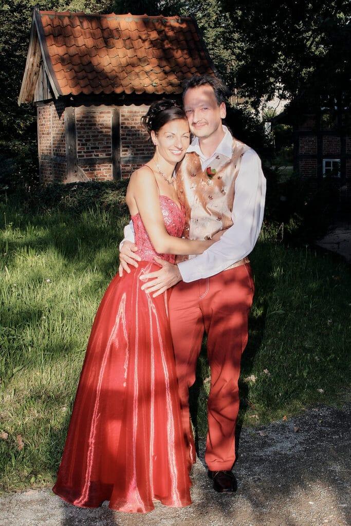 Brautpaar lächelnd im Halbschatten - Wildland Natural Resort Wietze © Hochzeitsfotograf www.hochzeitsverliebt.de