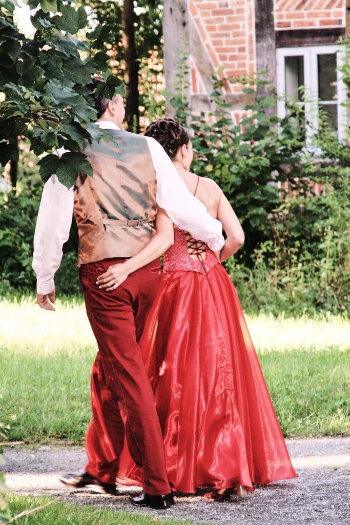 Brautpaar spaziert zur Hochzeitsfeier - Wildland Natural Resort Wietze © Hochzeitsfotograf www.hochzeitsverliebt.de