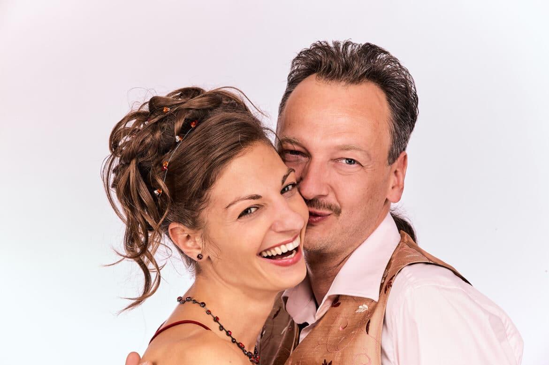 Braut und Bräutigam lachen miteinander - Fotostudio Celle © Hochzeitsfotograf www.hochzeitsverliebt.de