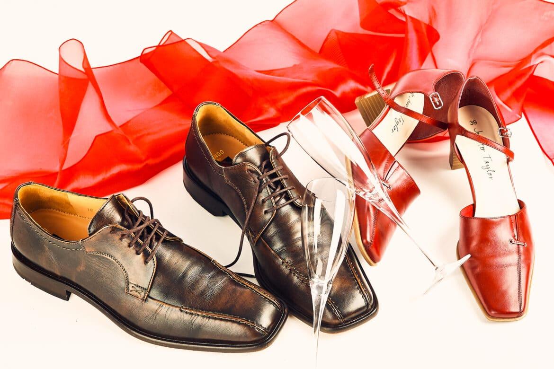 Schuhe von Braut und Bräutigam mit rotem Tuch und Sektgläsern - Celle © Hochzeitsfotograf www.hochzeitsverliebt.de