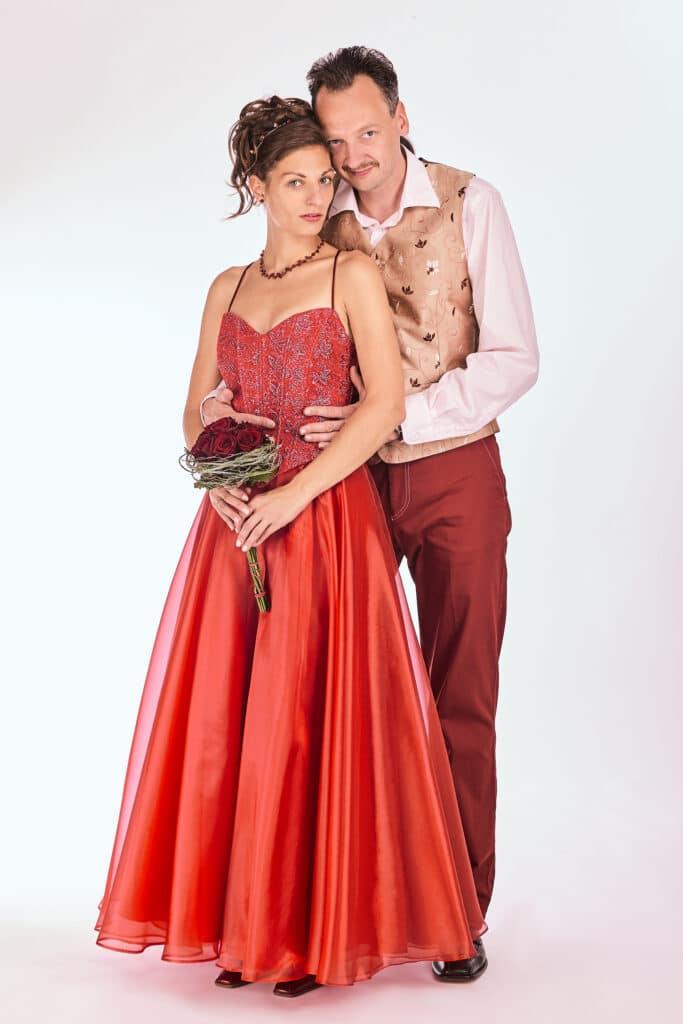 Brautpaar in rot vor weissem Hintergrund im Fotostudio - Fotostudio Celle ©Hochzeitsfotograf www.hochzeitsverliebt.de