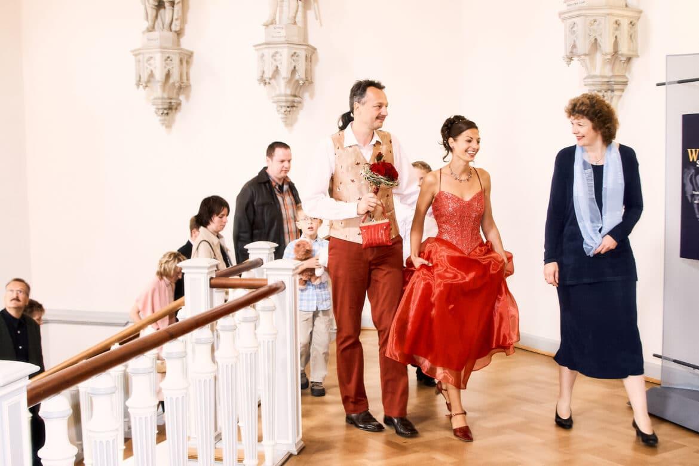Brautpaar in Rottönen geht im prunkvollen Treppenhaus - Celler Schloss © Hochzeitsfotograf www.hochzeitsverliebt.de