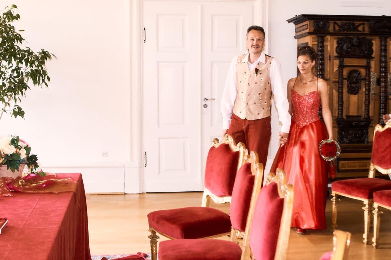 Hochzeitspaar geht zum Trautisch im Standesamt - Celler Schloss © Hochzeitsfotograf www.hochzeitsverliebt.de