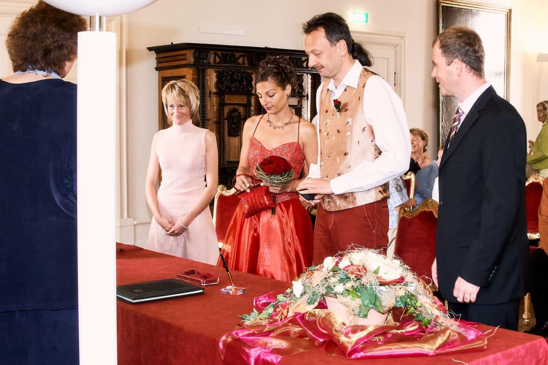 Braut und Bräutigam stehen mit Trauzeugen im Standesamt - Celler Schloss © Hochzeitsfotograf www.hochzeitsverliebt.de