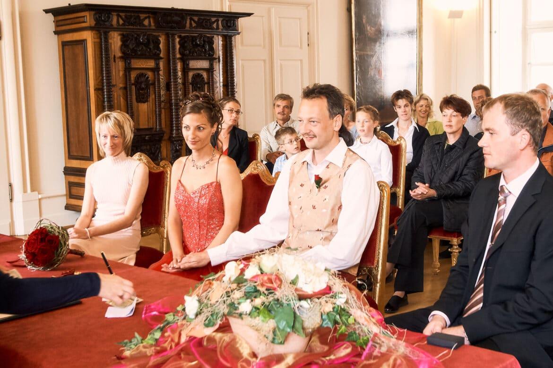 Hochzeitspaar mit Gesellschaft im Trauungszimmer - Celler Schloss © Hochzeitsfotograf www.hochzeitsverliebt.de
