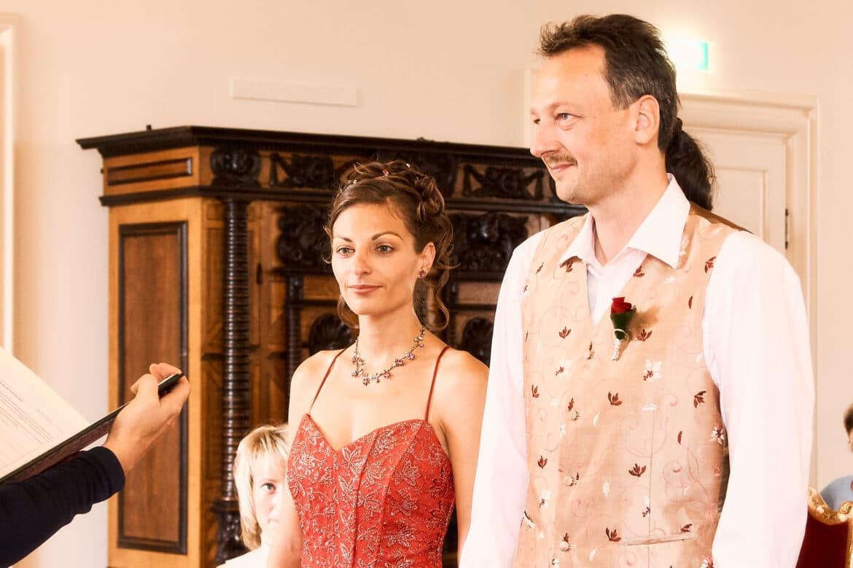 Braut und Bräutigam stehend kurz vor dem Eheversprechen - Celler Schloss © Hochzeitsfotograf www.hochzeitsverliebt.de