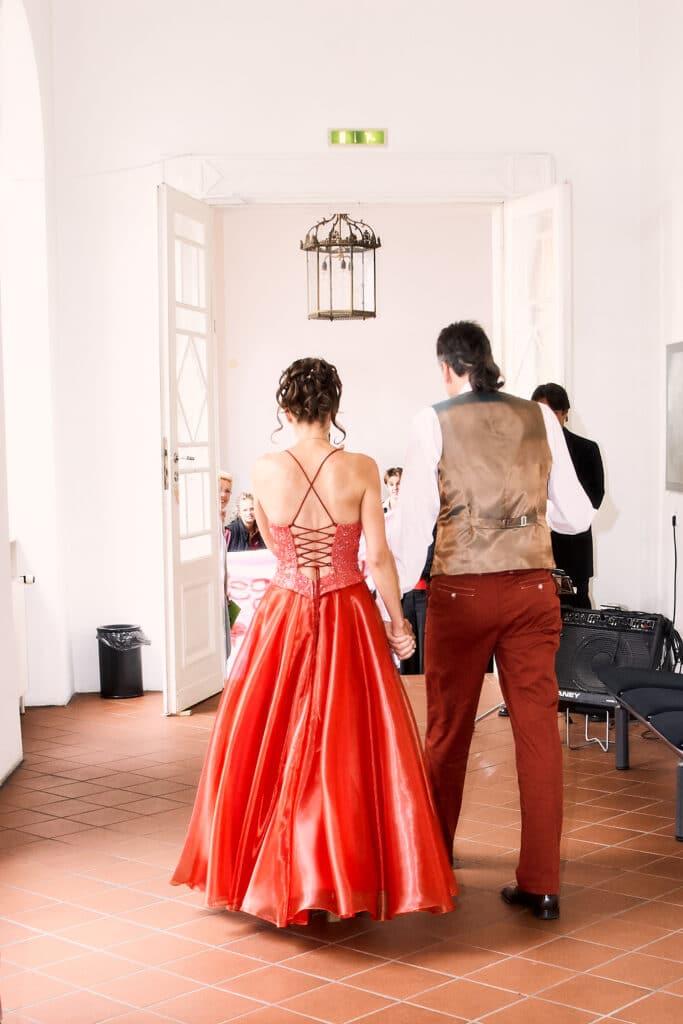Hochzeitspaar im Schlossflur gehend von hinten - Celler Schloss © Hochzeitsfotograf www.hochzeitsverliebt.de