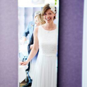 Braut im Spiegel bei hellem Lichtverhältnis - Celler Innenstadt © Hochzeitsfotograf www.hochzeitsverliebt.de