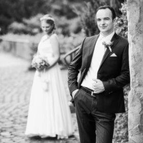 Braut und Bräutigam stehen im Klosterpark - Kloster Wienhausen © Hochzeitsfotograf www.hochzeitsverliebt.de