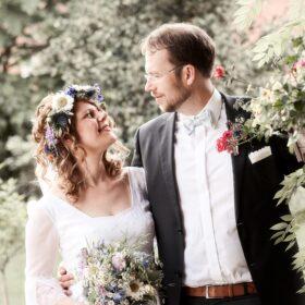 Braut himmelt ihren Ehemann an - Müden Örtze © Hochzeitsfotograf Photo Professional Misiak