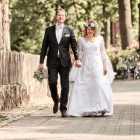 Hochzeitspaar schlendert den Steinweg entlang - Müden Örtze © Hochzeitsfotograf Photo Professional Misiak
