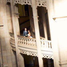 Braut und Bräutigam an der Balustrade im großen Treppenhaus - Neues Rathaus Hannover © Hochzeitsfotograf www.hochzeitsverliebt.de