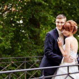 Hochzeitspaar steht an Brücke - Schlosspark Celle © Hochzeitsfotograf www.hochzeitsverliebt.de