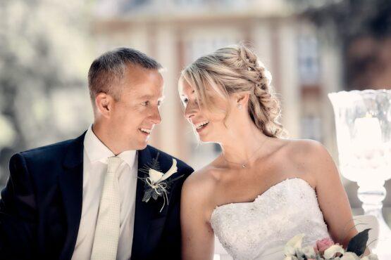 Brautpaar lächelt sich an - Schloss Eldingen © Hochzeitsfotograf www.hochzeitsverliebt.de