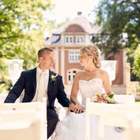 Hochzeitspaar sitzt und schaut sich an - Schloss Eldingen © Hochzeitsfotograf www.hochzeitsverliebt.de
