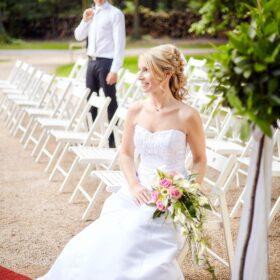 Traupaar setzt sich auf weisse Stühle - Schloss Eldingen © Hochzeitsfotograf www.hochzeitsverliebt.de