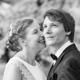 Braut scherzt mit Bräutigam - Wildland Wietze © Hochzeitsfotograf www.hochzeitsverliebt.de