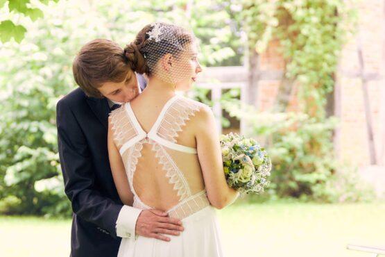 Bräutigam küsst seine Braut auf Schulter - Wildland Wietze © Hochzeitsfotograf www.hochzeitsverliebt.de