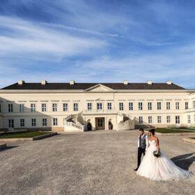 Brautpaar schlendert vor dem Schloss - Herrenhäuser Gärten Hannover © Hochzeitsfotograf www.hochzeitsverliebt.de