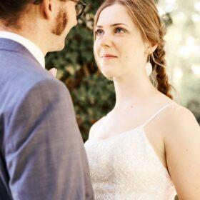 Braut sieht Bräutigam liebevoll in die Augen - Schloss Celle © Hochzeitsfotograf www.hochzeitsverliebt.de