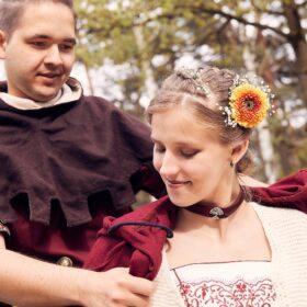 Bräutigam hängt Braut einen roten Umhang um - Lüßmanns Hof Hambühren - © Hochzeitsfotograf www.hochzeitsverliebt.de