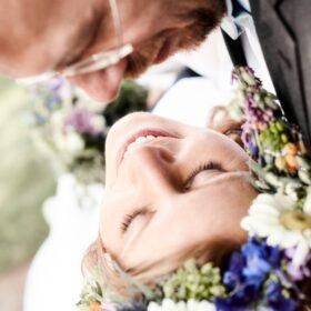 Braut wird vom Bräutigam im Arm gehalten - Müden Örtze © Hochzeitsfotograf Photo Professional Misiak