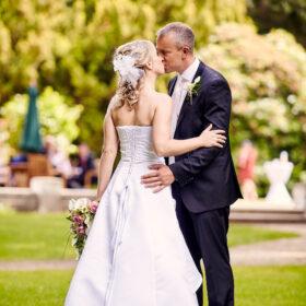 Hochzeitspaar gibt sich stehend einen Kuss - Schloss Eldingen © Hochzeitsfotograf www.hochzeitsverliebt.de