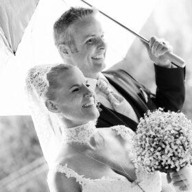 Brautpaar unterm Sonnenschirm im Park - Schlosspark Celle © Hochzeitsfotograf Photo Professional Misiak