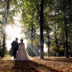 Hochzeitspaar im Park zwischen Bäumen - Herrenhäuser Gärten Hannover © Hochzeitsfotograf www.hochzeitsverliebt.de