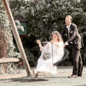 Bräutigam gibt Braut Anschwung beim schaukeln - Müden Örtze © Hochzeitsfotograf Photo Professional Misiak