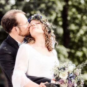 Brautpaar kuschelt im sitzen - Müden Örtze © Hochzeitsfotograf Photo Professional Misiak