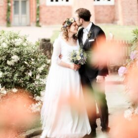 Hochzeitspaar steht schmusend vor der Kirche - Müden Örtze © Hochzeitsfotograf Photo Professional Misiak