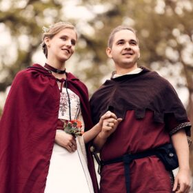Brautpaar im Mittelalterstil steht im Wald - Lüßmanns Hof Hambühren - © Hochzeitsfotograf www.hochzeitsverliebt.de