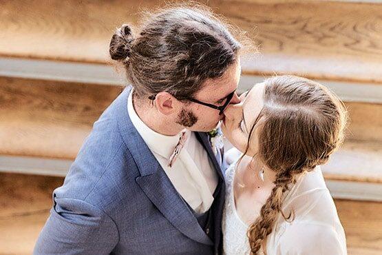Hochzeitspaar küsst sich auf Naturholztreppe - Lavestreppe Schloss Celle © Hochzeitsfotograf www.hochzeitsverliebt.de