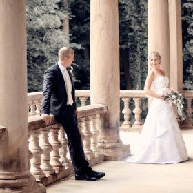 Brautpaar steht auf der Terrasse - Schloss Eldingen © Hochzeitsfotograf www.hochzeitsverliebt.de