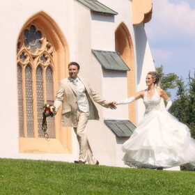 Brautpaar läuft vorm Schloss - Schlosspark Celle © Hochzeitsfotograf www.hochzeitsverliebt.de