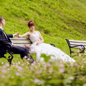 Brautpaar unterhält sich auf Parkbank - Schlosspark Celle © Hochzeitsfotograf www.hochzeitsverliebt.de
