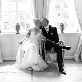 Brautpaar sitzt im blauen Salon nebeneinander - Fürstenhof Celle © Hochzeitsfotograf www.hochzeitsverliebt.de