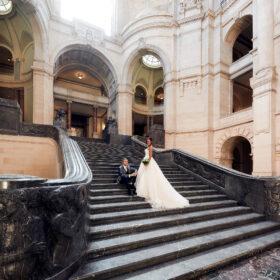 Braut und Bräutigam auf der Steintreppe im Foyer - Neues Rathaus Hannover © Hochzeitsfotograf www.hochzeitsverliebt.de