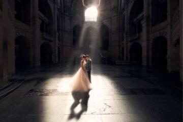 Hochzeitspaar im Lichtspiel der Sonnenstrahlen im großzügigen Steinfoyer - Neues Rathaus Hannover © Hochzeitsfotograf www.hochzeitsverliebt.de