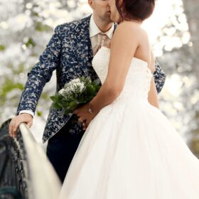 Bräutigam küsst seine Braut an der Schwanenbrücke im Grünen - Herrenhäuser Gärten Hannover © Hochzeitsfotograf www.hochzeitsverliebt.de